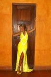 bedöva kvinnayellow för klänning royaltyfri fotografi