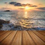 Bedöva landscapedawnsoluppgång med den steniga kustlinjen och lång exp Royaltyfri Foto