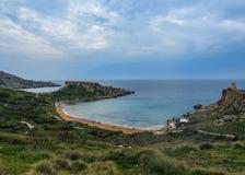 Bedöva landskap av den maltesiska naturen Qarraba mellan den Gnejna fjärd- och Ghajn tuffiehafjärden Riviera, Ta Lippija, Mgarr,  royaltyfria foton