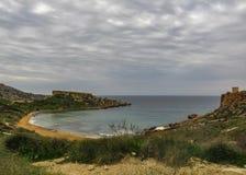 Bedöva landskap av den maltesiska naturen Qarraba mellan den Gnejna fjärd- och Ghajn tuffiehafjärden Riviera, Ta Lippija, Mgarr,  arkivbilder