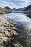 Bedöva landskap av Wast vatten med reflexioner i lugna sjö w Royaltyfri Bild