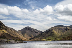 Bedöva landskap av Wast vatten med reflexioner i lugna sjö w Royaltyfri Fotografi