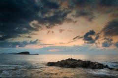 Bedöva landskap gry soluppgång med den steniga kustlinjen och lång före detta Arkivfoton