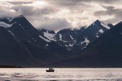 Bedöva landskap med det ensamma fartyget royaltyfri foto