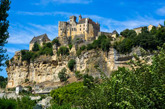 Bedöva medeltida Beynac rockera stående övre klippan, Dordogne, Frankrike Royaltyfria Foton