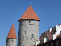 Bedöva medeltida stadsväggtorn av Tallinn den gamla staden, Estland Arkivfoto
