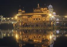 Bedöva nattsikt av den guld- templet, reflexion av ljus royaltyfri foto