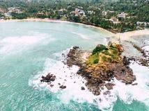 Bedöva palmträd och smaragdhavet bevattna utsmyckat tropiskt sköt länge royaltyfria bilder