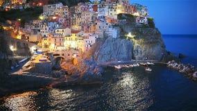 Bedöva sikt av den härliga och hemtrevliga byn av Manarola i Cinque Terre Reserve på solnedgången Liguria region av stock video
