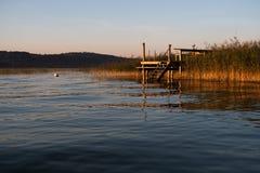 Bedöva sikt av den unika Murtenseen under solnedgång i Switzerla arkivfoton
