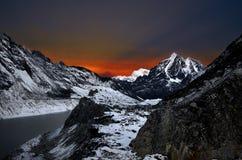 Bedöva sikt av det Himalayan berglandskapet för vinter på natten på hög höjd royaltyfria bilder