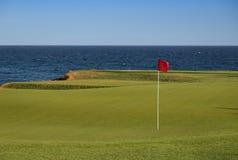 Bedöva sikt av en kust- golfbana Fotografering för Bildbyråer