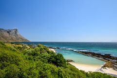 Bedöva sikt av rutt 44 i den östliga delen av den falska fjärden nära Cape Town Fotografering för Bildbyråer