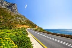 Bedöva sikt av rutt 44 i den östliga delen av den falska fjärden nära Cape Town mellan fjärden för Gordon ` s och den Pringle fjä Fotografering för Bildbyråer