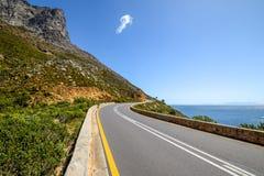 Bedöva sikt av rutt 44 i den östliga delen av den falska fjärden nära Cape Town mellan fjärden för Gordon ` s och den Pringle fjä Royaltyfri Foto