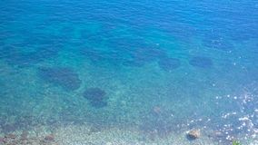 Bedöva sikt från den höga kusten av det klara azura vattnet av havsfjärden härlig seashore Solilsken blick på blåtten arkivfilmer