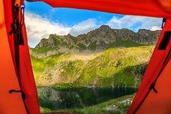 Bedöva sikt från det turist- tältet till bergsjön, Carpathians, Rumänien, Europa Royaltyfri Bild