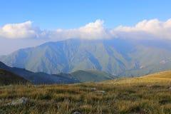 Bedöva sikten av de Tian Shan bergen Arkivfoton