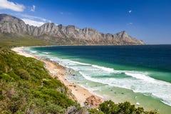 Bedöva sikten av den Kogel fjärdstranden som lokaliseras längs rutt 44 i den östliga delen av den falska fjärden nära Cape Town m Arkivfoton