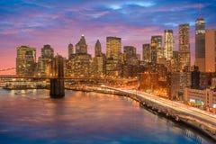 bedöva sikter av den lägre Manhattan efter solnedgång fotografering för bildbyråer
