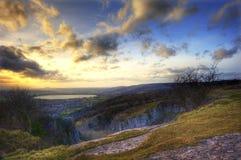 bedöva solnedgång för klyftaliggandeberg Arkivfoton
