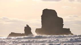 Bedöva solnedgång i Talisker skälla på västkusten av ön av Skye i Skottland under en blåsig solnedgång Skarpt stenigt torn ovanfö lager videofilmer