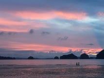 Bedöva solnedgång, Krabi, Thailand Fotografering för Bildbyråer