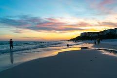 Bedöva solnedgång på den blåa bergstranden Fotografering för Bildbyråer