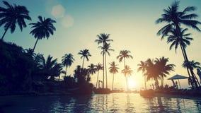 Bedöva solnedgång på en tropisk asiatisk strand Resor Fotografering för Bildbyråer