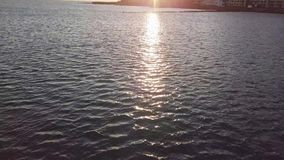Bedöva solnedgång på havet Härlig flyg- sikt lager videofilmer