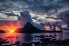 Bedöva solnedgånglandskap i El Nido, Filippinerna Royaltyfria Foton