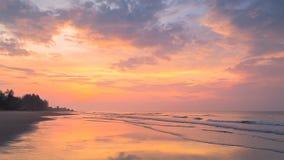 Bedöva soluppgång över havet stock video