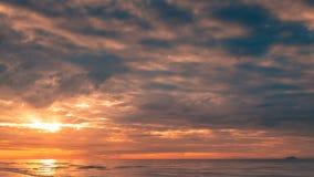 Bedöva soluppgång över havet arkivfilmer