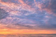 Bedöva soluppgång över havet på den Rayong stranden Arkivfoton