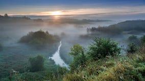 Bedöva soluppgång på den dimmiga dalen i höst Royaltyfria Foton