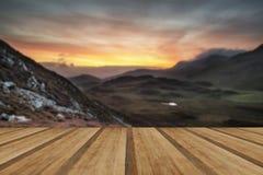 Bedöva soluppgångberglandskap med vibrerande färger och friaren Royaltyfri Fotografi
