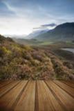 Bedöva soluppgångberglandskap med vibrerande färger och friaren Royaltyfri Foto