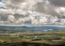 Bedöva sommarlandskap av Island: svarta vulkaniska berg som täckas med mjuk grön mossa royaltyfria bilder