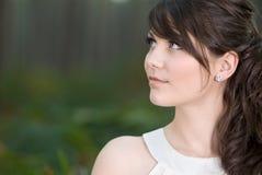 Bedöva tonårs- modell i skog Royaltyfri Bild