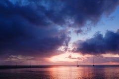bedöva tropisk solnedgångseascape av Stilla havethavet med segelbåtar i avståndet royaltyfria bilder