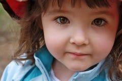 Bedöva upp closeupen av lilla flickan med bruna ögon Fotografering för Bildbyråer