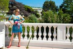 Bedöva våren och sommar för härlig kvinnlig modell den iklädda klä på fantastisk bakgrund i Cannes fotografering för bildbyråer