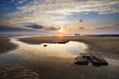 Bedöva vibrerande solnedgånglandskap över Dunraven skälla i Wales Royaltyfri Bild