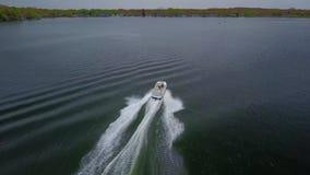 Bedöva yachten för motoriskt fartyg för skott för antenn som 4k den vita lilla lyxiga långsamt seglar i lugna flodseascapevatten  lager videofilmer