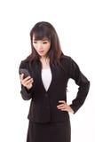 Bedövad, förvånad gången ut affärskvinna som ser smartphonen Arkivbilder