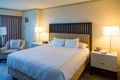 Bed国王在现代旅馆客房 图库摄影