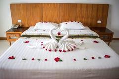 Bed in Aziatische hotelruimte voor minnaars royalty-vrije stock fotografie