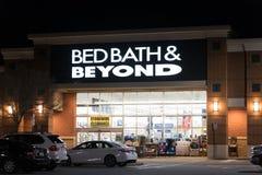 Bed- Bath & Beyondeingang nachts Stockbilder