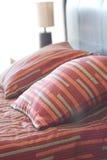 Bed, bedlijst en lamp Stock Foto's