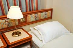 Bed in de cabine van het cruiseschip Stock Afbeeldingen